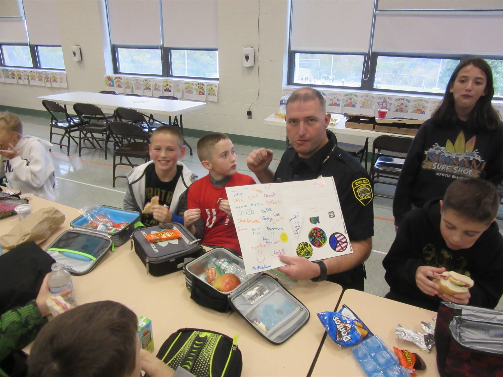 Officer Foulds eating lunch with kids