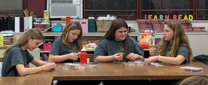 Girls making friendlies bracelets